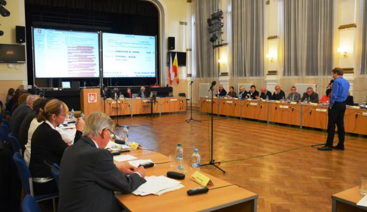 Může Hradec Králové fungovat bez úplného vedení až do voleb? Zeptali jsme se zastupitelských klubů