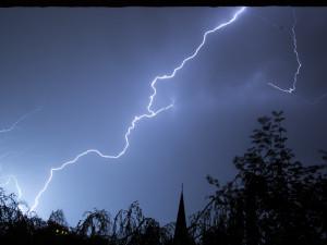 Meteorologové zvýšili stupeň nebezpečí. I dnes vnoci hrozí velmi silné bouřky