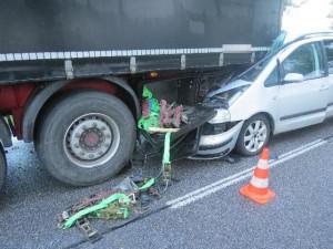Řidič na Jičínsku skončil zaklíněný pod kamionem, zřejmě se nevěnoval řízení