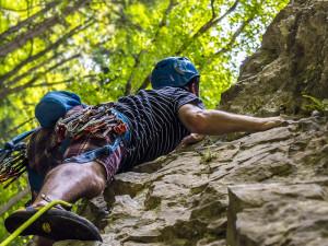 VKrkonoších se rozmáhá nelegální horolezectví. Milovníky adrenalinu neodrazuje ani stotisícová pokuta