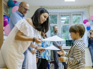 Jedna z nejmenších škol v hradeckém kraji ukončila školní rok. Látku dohánět nebudeme, řekla ředitelka