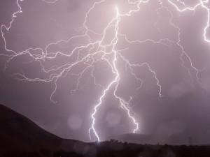 Na východ Čech dorazí velmi silné bouřky. Varování platí během čtvrtečního odpoledne