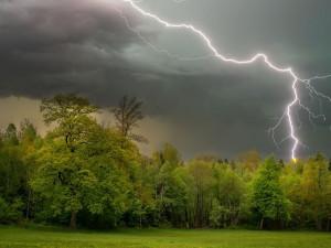 Přes východní Čechy se přeženou silné bouřky. Výstraha začne platit večer