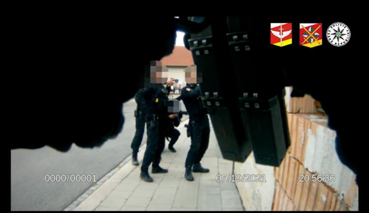 Pro opilce si přijela do Třebechovic policejní eskorta. Mířil na kolemjdoucí zbraní a vyhrožoval jim