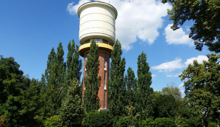 Věžový vodojem je dominantou na jediném kopci v Hradci Králové už od roku 1937