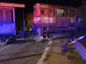 V Rychnově se srazil vlak s kamionem, nehoda zablokovala trať i silnici