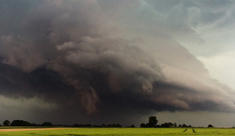 Celou republiku zasáhnou silné bouřky, kroupy a prudký nárazový vítr. Nevyhnou se ani východním Čechám