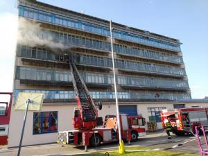 Na Brněnské v Hradci hořela budova. Příčiny požáru jsou v šetření