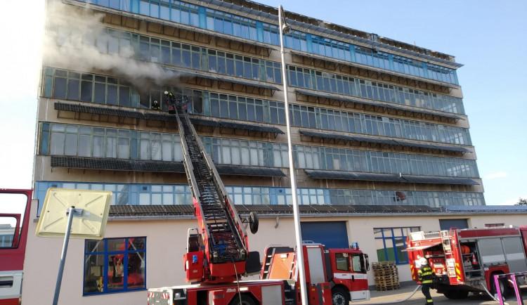 Sčítání škod po sobotním požáru. Oheň v Brněnské ulici zničil majetek za 10 milionů korun
