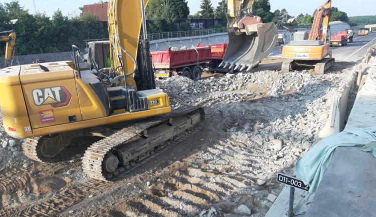 Prodloužení uzavírky na D11 bude řešit ministerstvo. Za zdržení při bourání mostu padne pokuta