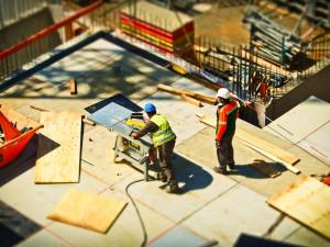 Růst cen ve stavebnictví sledují i města. Některé stavby se mohou prodražit