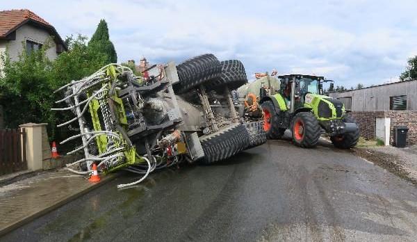 Smradlavá nehoda na Rychnovsku: převrátil se fekální vůz, obsah cisterny vytékal na silnici