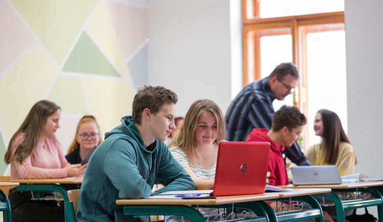 Zákaz mísení žáků při výuce je nesmysl, tvrdí učitelé z hradeckého kraje