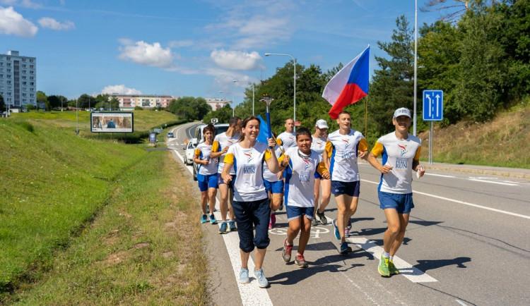 Přes Českou republiku se běží mírový běh. Dnes se účastníci zastaví s pochodní i v Hořicích