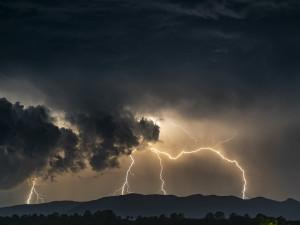 Do Hradeckého kraje dorazí silné bouřky. První se objeví večer