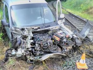 V Nové Pace se srazil vlak s autem. Lidé z havarovaného vozu utrpěli zranění