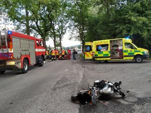 Na Jičínsku se střetl motocykl s návěsem traktoru. Dva lidé na místě zemřeli