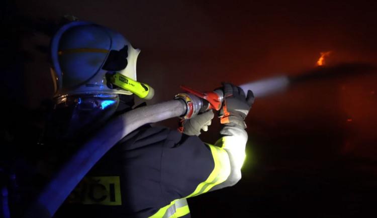 Požár haly na Rychnovsku způsobil škodu asi 1,5 milionu korun, na místě zasahovalo sedm jednotek