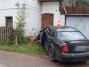 Řidič na Broumovsku narazil do rodinného domu. Nadýchal skoro dvě a půl promile
