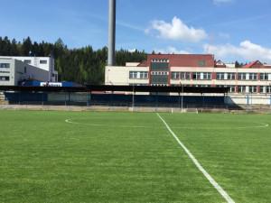 Hronov opraví sportovní stadion. Radnice podepsala smlouvu s dodavatelem