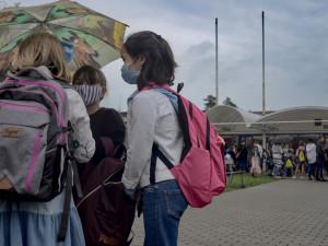 V Hradci Králové se dnes otevře 41 prvních tříd. Do školy v roušce, do třídy bez ní