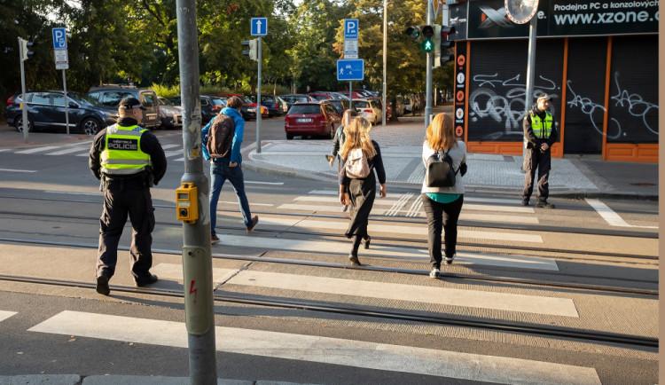 Školní rok je tady. Jaká jsou základní pravidla při přecházení silnice po přechodu a mimo něj?