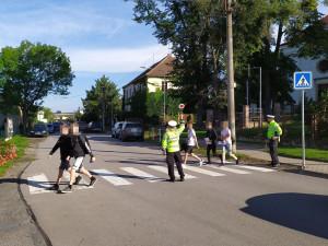 Policisté dnes hlídkovali na přechodech a informovali, jak bezpečně přecházet