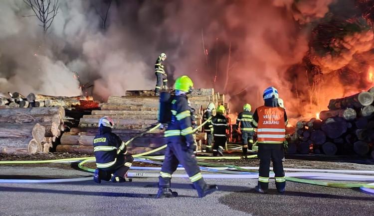 Na Trutnovsku hořela skládka pneumatik, požár se rozšířil i na uskladněné dřevo