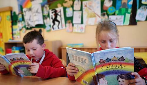 Učitelky z Vrchlabí napsaly dětem vlastní učebnici, vypráví O dětech v městečku pod horami
