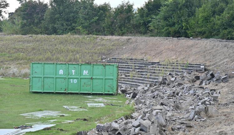 FOTO: Fotbalový stadion vHradci Králové mizí před očima. První lízátko půjde kzemi příští týden