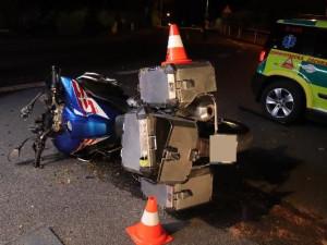 V Červeném Kostelci se srazil motorkář s osobním autem, řidič motorky na místě zemřel