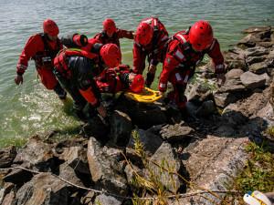 Hasiči na Rozkoši nacvičovali záchranu lidí z vodní hladiny