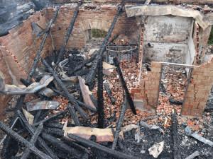 V Chlumci nad Cidlinou hasiči včera vyhlásili třetí stupeň požárního poplachu, dohašovalo se ještě dnes