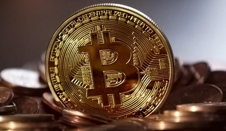 Senior si chtěl vyzkoušet obchodování s Bitcoinem, přišel o půl milionu korun