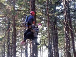 Pod Černou horou spadla paraglidistka, zůstala viset deset metrů nad zemí
