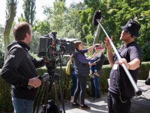 Ve Dvoře Králové se natáčí seriál. Ode dneška můžete filmaře potkat vzoologické zahradě