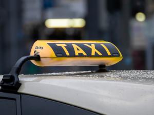 Zdrogovaná řidička taxíku v Hradci Králové jezdila z pruhu do pruhu. Zastavila ji policie
