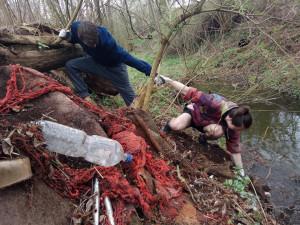 Dobrovolníci budou dnes na stovkách míst uklízet přírodu od odpadků