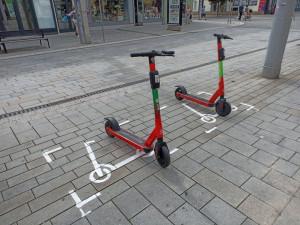 Povalující se koloběžky: Pardubice chtějí problém vyřešit namalovanými parkovišti