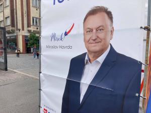 Na Hradecku někdo ničí volební poutače. Na Baťkově náměstí přeřízl Miroslava Havrdu