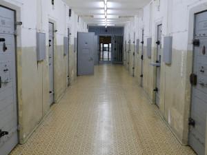 Vězeň byl zatčen za pokus o vraždu svého spoluvězně. Vpoutech skončil hned po opuštění Valdic