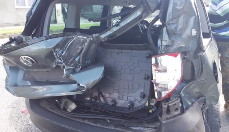 V Rychnově nad Kněžnou se srazil vlak s osobním autem. Dva lidé jsou v péči zdravotníků