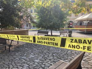 Zabaveno Ano-fertem! Zastávky, sochy nebo kašna na Malém náměstí ohradila žlutá páska