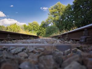 Práce na zdvoukolejnění trati z Hradce Králové do Opatovic začnou v roce 2025