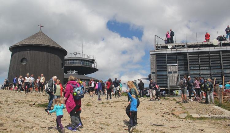 Návštěvnost Krkonoš byla letos nižší než vloni, největší nápor na Sněžce byl o prodlouženém víkendu v červenci