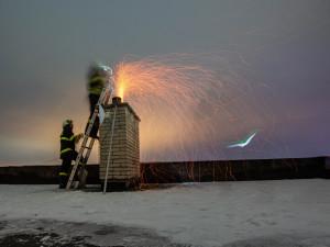 Topná sezona začíná, nezapomeňte na revizi komínů, varují hasiči