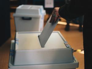 VOLBY 2021: První volební den je u konce. K urnám v Hradci Králové přišlo zhruba 45 procent voličů