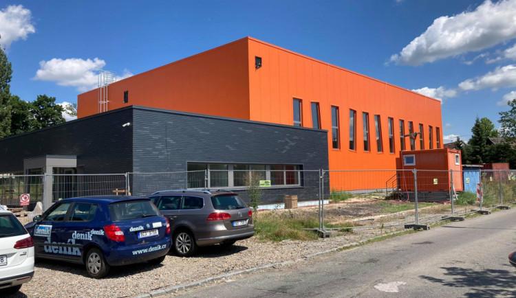 Otevření sportovní haly na Pouchově v Hradci Králové se opozdí. Problém je se stavbou parkoviště
