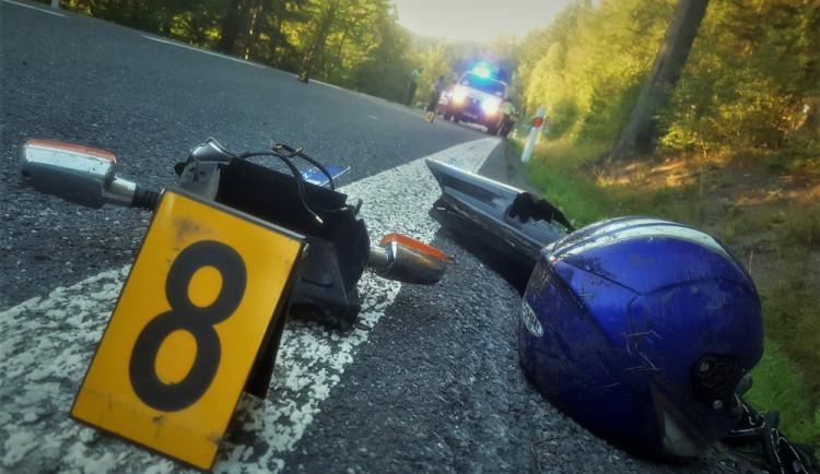 Opilý motorkář vezl dvě nezletilé děti bez helmy. Zavinil přitom nehodu