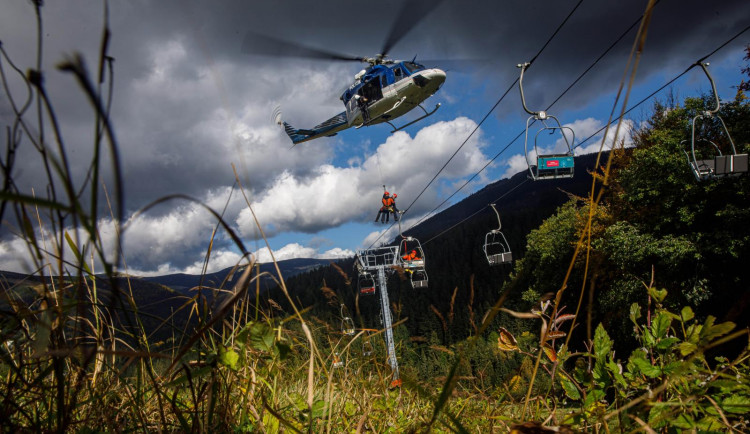 Hasiči s Leteckou službou trénovali záchranu lidí z lanovky ve Špindlerově mlýně